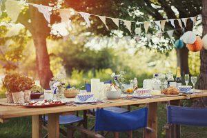 Table de jardin avec repas et décorations